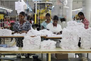 Arbeiterinnen und Arbeiter in einer Textilfabrik.