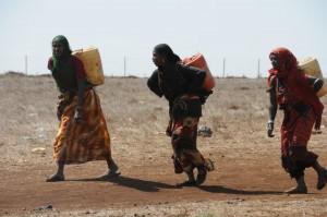 Weite Wege: Über 20 Kilometer laufen diese Frauen, um Wasser für ihre Familien zu holen – Foto: Singhal_MISEREOR