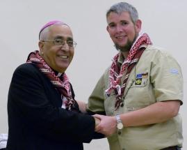 CS-Bischof-Labham-uebergibt-jordanische-Halstuecher-an-DPSG